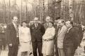 Васіль Праскураў з сястрою Ганнай Праходскай сярод кіруючых асоб раёна ва ўрочышчы Горкі. 1976 год